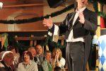 Der singende Wirt mit dem Evergreen »Im Blauen Roche'l am Hubersee« - © PM / wos