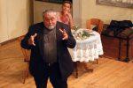 Die Pensionswirtin bringt den Pfarrer ins Schwitzen. © OVTP / gp