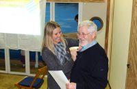 Vorstand Claudia Herdrich überreicht Ewald Hornbogner die goldene Ehrennadel des Bayerischen Amateurtheater-Verbandes - © OVTP / gp