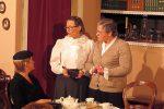 Die mildtätigen Tanten mit Mrs. Harper am Kaffeetisch - © OVTP / mib