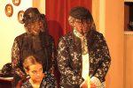 Während die Tanten die Trauerfeier für Mr. Hoskins vorbereiten, fürchtet Elaine um ihr Leben - © OVTP / mib