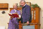 Anni zeigt stolz ihrem Enkel. Installateur Erich ist weniger begeistert. © OVTP / gp