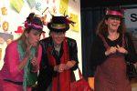Die extravagant gekleideten Roche-Damen bezirzen den Bürgermeister - © OVTP / gp
