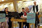 Das Esemble Herrschaft!Sait'n bei der Aufführung im Allianzsaal des ZUK im Maierhof des Klosters Benediktbeuern - © OVTP / F. Prantl