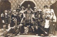 """Ein Gruppenbild aus dem Kostümstück """"Philipine Welser"""" aus dem Jahre 1919. © StaP"""