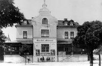 """Die erste """"Heimat"""" des Theatervereins: Der Gasthof """"Restauration Glück Auf"""" (heute: Pizzeria Rimini) - hier ein Bild aus dem Jahre 1938. Rechts daneben (nicht sichtbar) war der Anbau des """"Harlander Kinos"""", später bekannt als """" Discothek Visage"""". © StaP"""