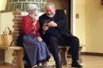 Die Lechner-Oma und Pfarrer Fröhlich gönnen sich einen Schnupftabak aus dem als Gebetsbuch getarnten Doserl. - © OVTP / gp