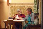 Florian hat sich mal wieder bei der Arbeit deppert angestellt - wie bei den Frauen. Die alte Lechnerin leistet 1. Hilfe - © OVTP / gp