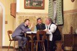 Sepp und Andreas bringen dem Bürgermeister schonend bei, dass der zu verschenkende Hl.Florian sehr wertvoll ist - © OVTP / gp