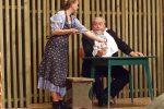 Seit Burgl, die Schwester des Pfarrers, wieder mal putzt, muss der Pfarrer bei Wasser und Brot im Speicher hausen. - © OVTP / gp