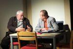 Der Bürgermeister von Langöd (R. Hofmann) erklärt dem Versicherungsagenten den Unfall von Nepomuk © OVTP / mib