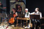 """Wieder wurde die Inszenierung vom Ensemble """"Herrschaft!Sait'n"""" begleitet und kommentiert © OVTP / mib"""