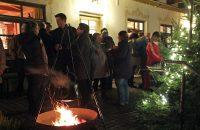 Kalt aber stimmungsvoll: Der Beginn der Feier vor dem Hoisl-Bräu © OVTP / gp