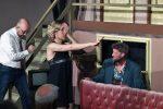 1. Akt: Jedes Mal der gleiche Aufzug: Brooke hat mal wieder ihre Kontaktlinse auf der Bühne verloren. © OVTP / gp