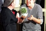 2. Akt: Der Inspizient hat anstatt Blumen nur noch einen Kaktus aufgetrieben. © OVTP / gp