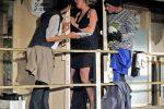"""2. Akt: Hoppala, da stimmt das Timing nicht ganz. Während Brooke die """"Schlafzimmertür"""" verlässt, ist der Einbrecher noch nicht ganz im Bad angekommen. © OVTP / gp"""