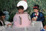 Die Haselmaus schläft in der Teekanne vor sich hin. Kein Wunder: Märzhase und Hutmacher schlürfen ja auch schon seit Ewigkeiten Tee, nachdem die Uhr um 4:00 p.m. stehen geblieben ist. © G. Prantl