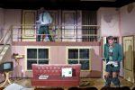 So macht Boulevard-Theater Spaß: 2 Teller Ölsardinen, jede Menge Chaos und eine herunter gelassene Hose. © N. Allnoch / OVTP