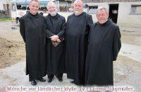 Die Mönche in ländlicher Idylle (v.l.): Ernst Sägmüller, Max-Josef Lippl, Rainer Hofmann, Alex Bader © OVTP