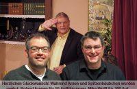 """Herzlichen Glückwunsch! Während des Stückes """"Arsen und Spitzenhäubchen"""" wurden geehrt: Roland Irregen für 50 Auftritte, Mike Wolff für 200 Aufführungen und Stefan Frick für 200 mal im Einsatz für die Bühnentechnik. © OVTP"""