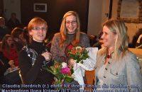 Claudia Herdrich (re.) ehrte für ihren Einsatz die Kostüm- und Maskenfeen Ilona Krämer (li.) und Resi Wernhard (nicht im Bild), sowie aus der Vorstandschaft Roland Irregen (nicht im Bild) © G. Prantl / OVTP