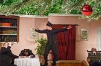 Weihnachtsfeier mit Arsen und Spitzenhäubchen - der Komissar und die Ganoven in Action. © OVTP