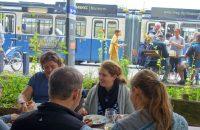 Sightseeing macht hungrig. Brotzeitpause am Tram-Wendeplatz © G. Prantl / OVTP