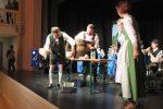 O'zapft wead von Vize-Bürgermeister Wiggal Schmuck, assistiert von Bürgermeisterin Elke Zehetner ©gp/ovtp