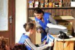 Maria entdeckt eine abgelaufene Dose - Dies entspricht dem Gesamtzustand des Kramerladens. ©gp/ovtp