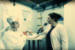 Eine Forscherin mit Aluhut im Geheimlabor; Sie steht mehr auf Ingwer als auf Impfen.